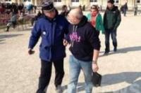 Во Франции задержан мужчина за изображение традиционной семьи на его футболке